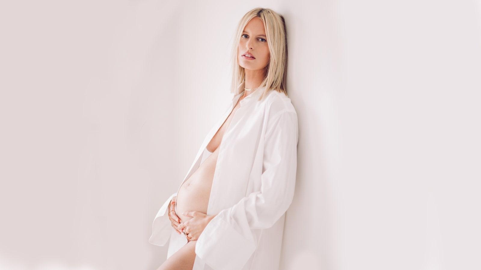 Чешская модель, Каролина Куркова, станет мамой в третий раз - фото №1