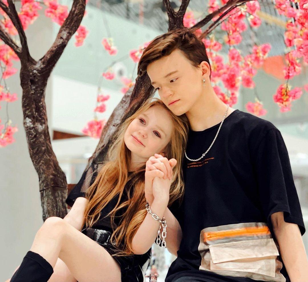 Аккаунты 8-летней блогерши и 13-летнего подростка заблокировали из-за их скандального романа - фото №2