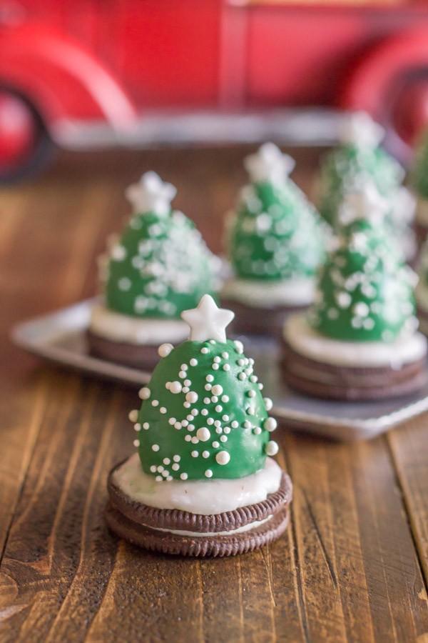 Новогодние деревья из клубники в шоколаде