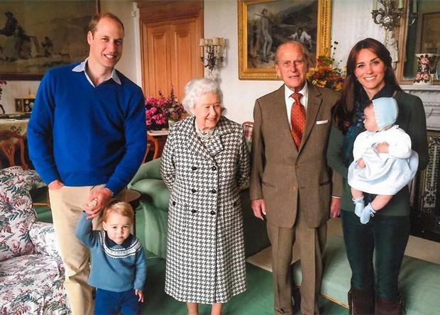 Герцоги Кембриджские показали новые семейные фото с принцем Филиппом - фото №2