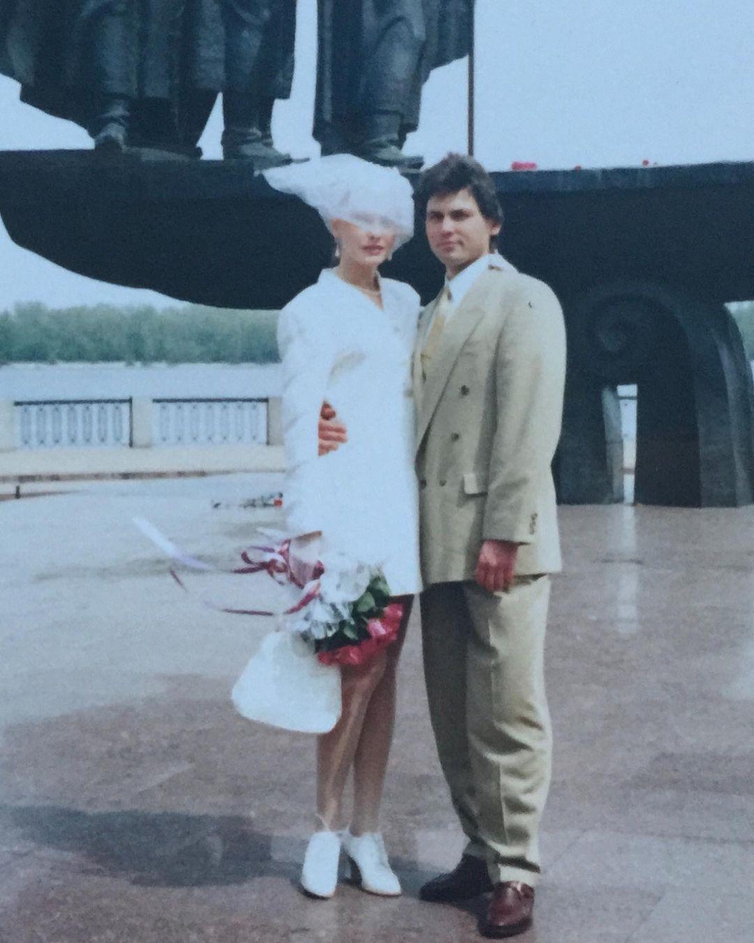 В честь 25-летия брака Ольга Сумская показала архивные фото со свадьбы - фото №1