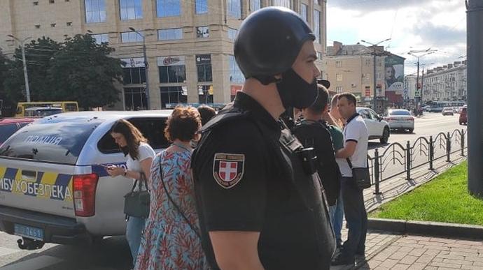 В Луцке террорист захватил автобус с пассажирами: какие требования выдвигает злоумышленник - фото №1