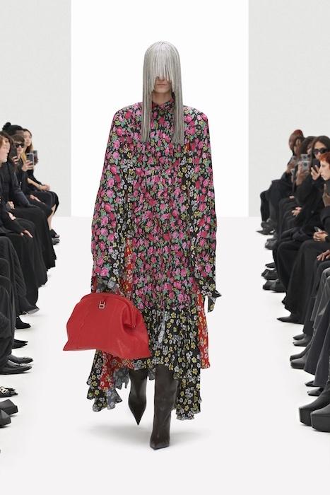 Цветочные платья, траурные костюмы и эстетика 90-х: Balenciaga выпустили новую коллекцию (ФОТО) - фото №5