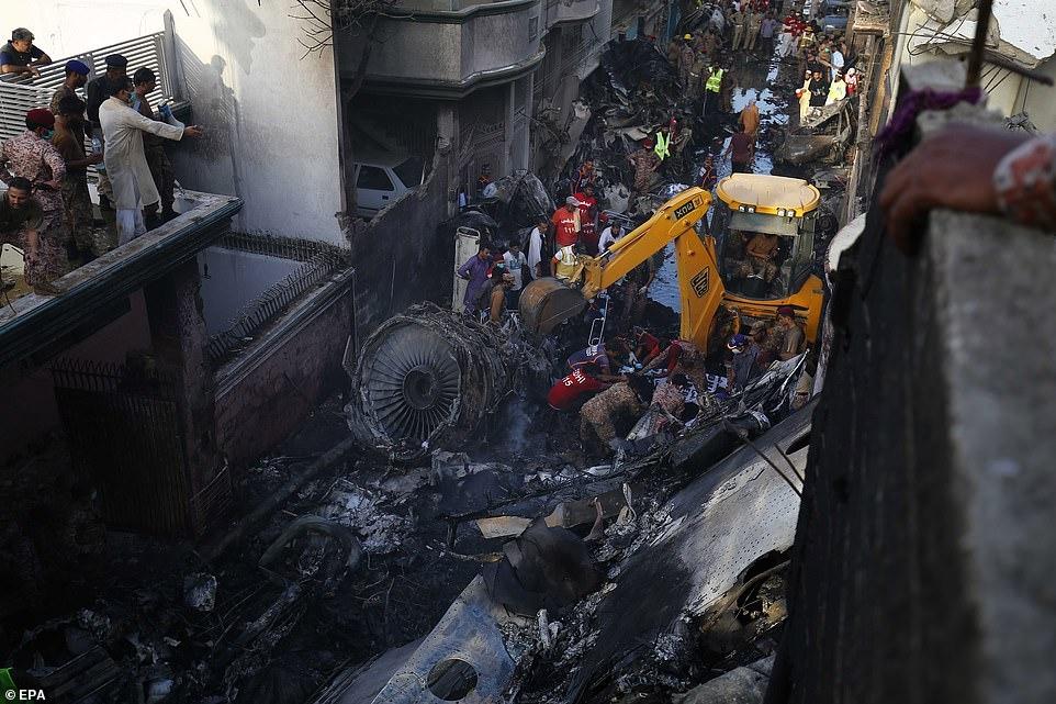 Рухнул на жилые дома: в Пакистане разбился пассажирский самолет А320 (ВИДЕО+ФОТО) - фото №5