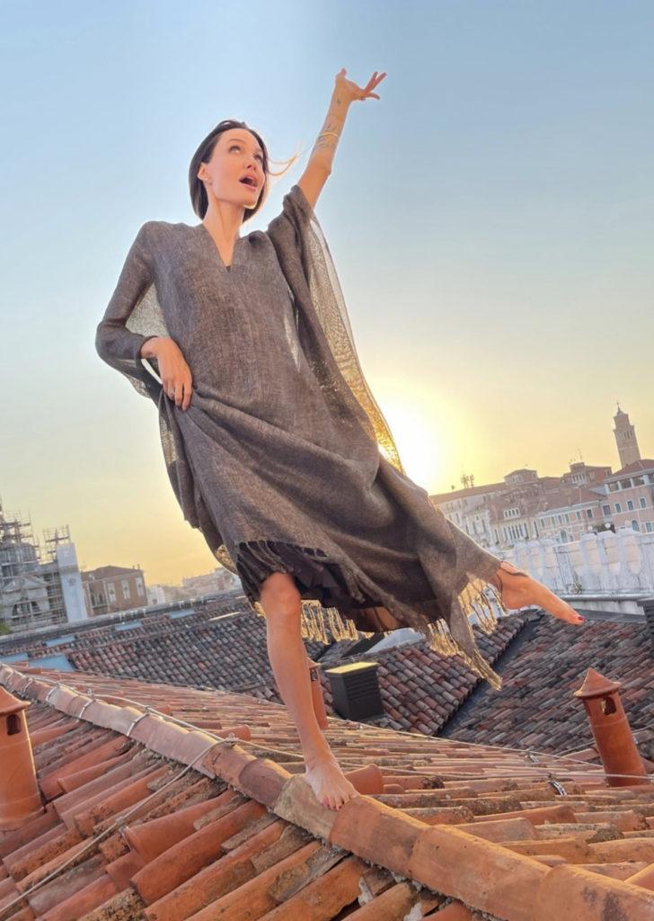В длинном платье и без обуви: очаровательная Анджелина Джоли отдыхает в Венеции (ФОТО) - фото №2