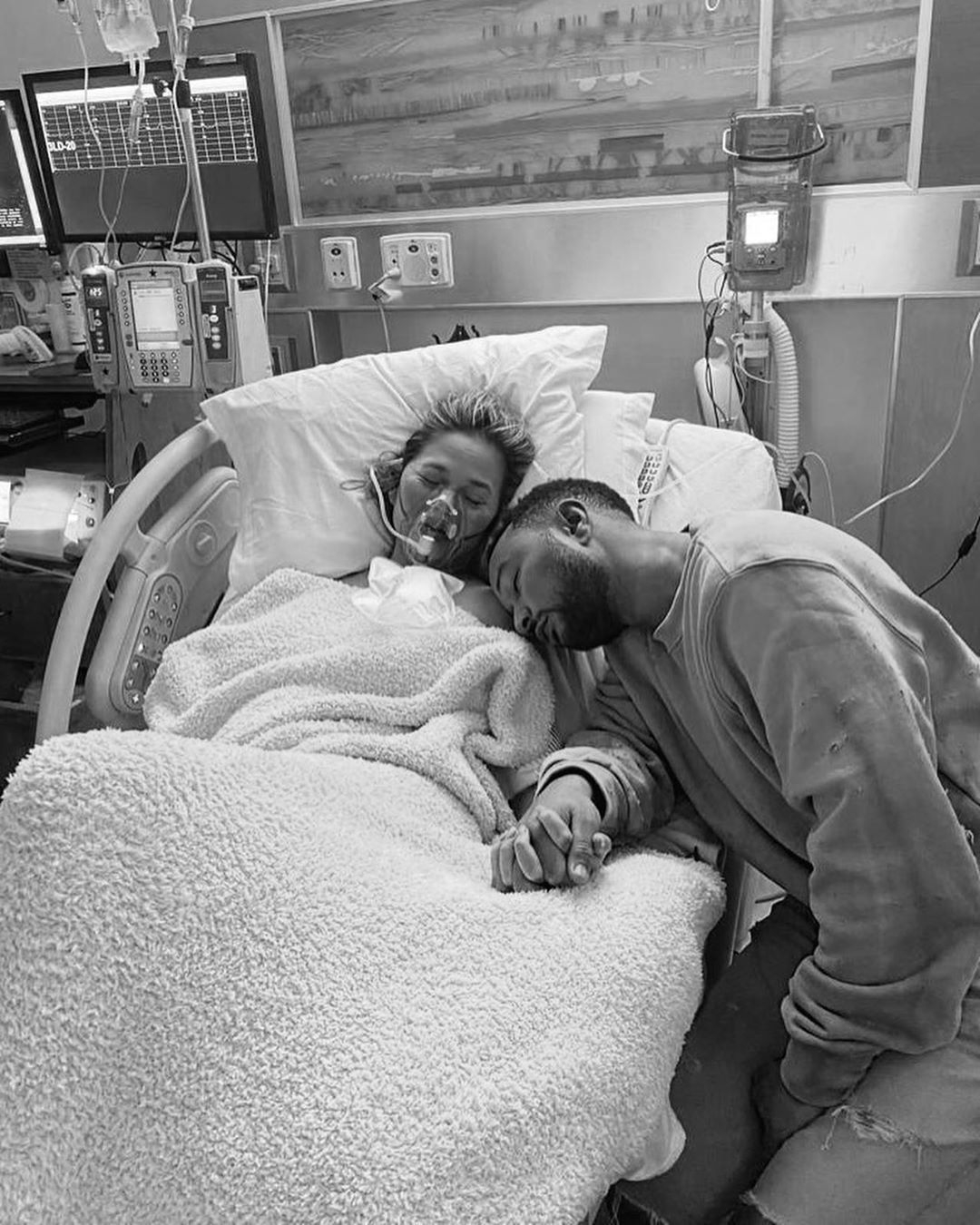 Крисси Тейген и Джон Ледженд потеряли ребенка... - фото №2