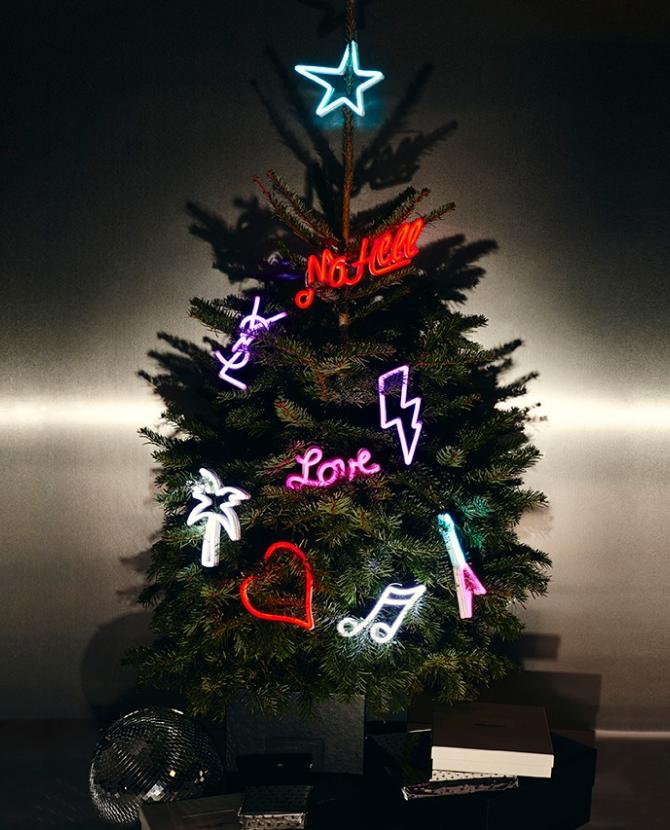 Saint Laurent выпустил рождественские подарки и украшения