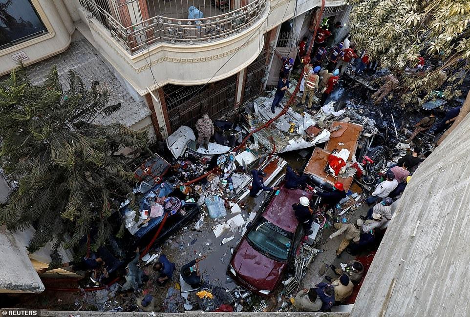Рухнул на жилые дома: в Пакистане разбился пассажирский самолет А320 (ВИДЕО+ФОТО) - фото №2
