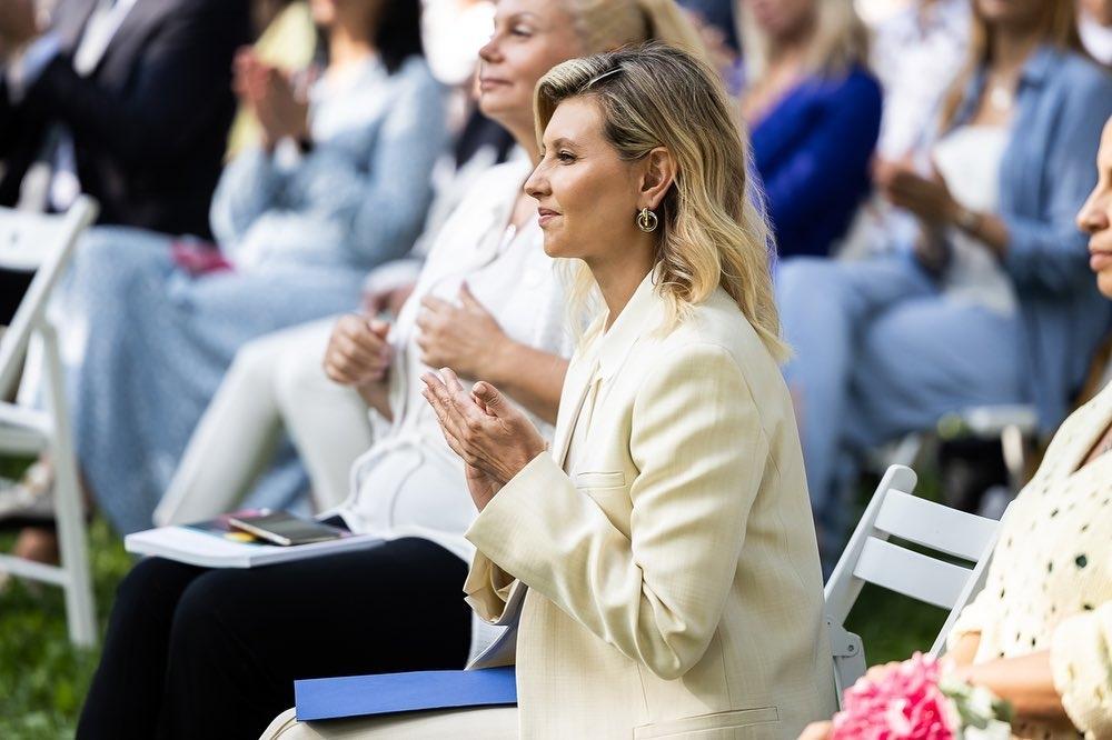Образ дня: Елена Зеленская вышла в свет в модном лимонном костюме (ФОТО) - фото №3