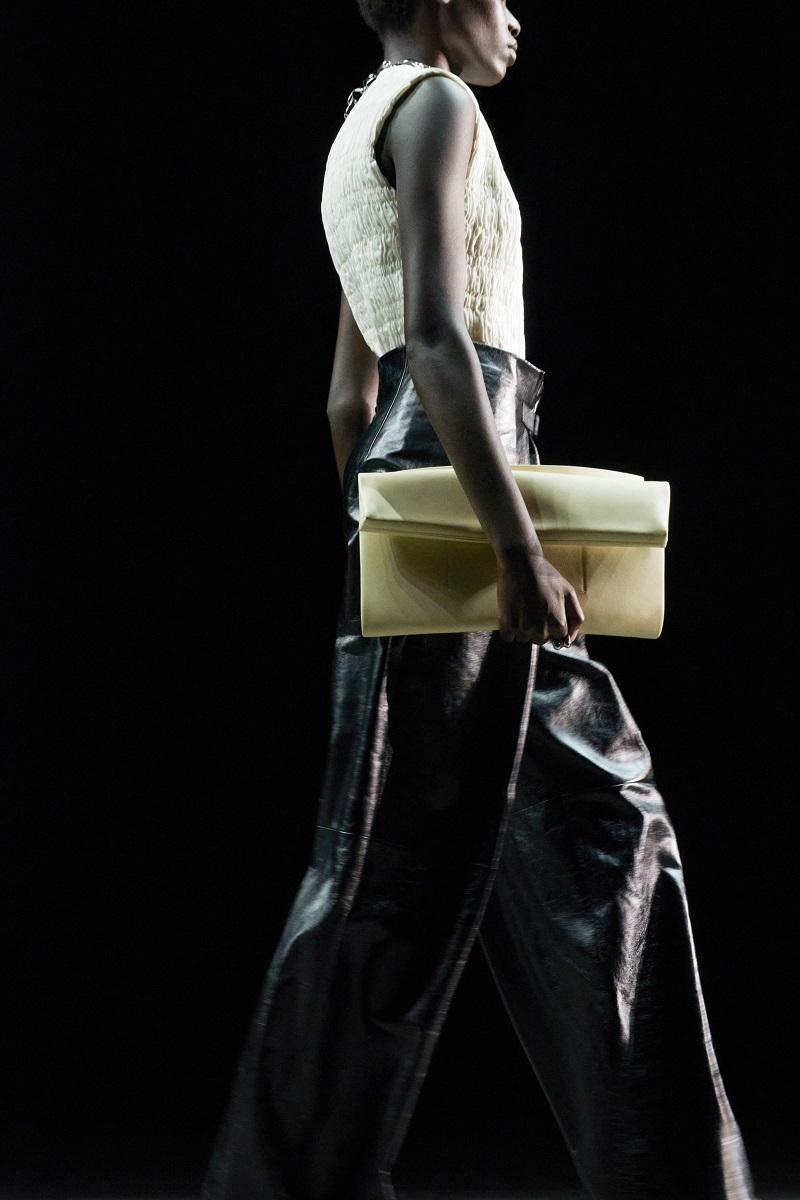 Шелковые платья, золото и много кожи: Jil Sander выпустили новую коллекцию весна-лето 2021 (ФОТО) - фото №2