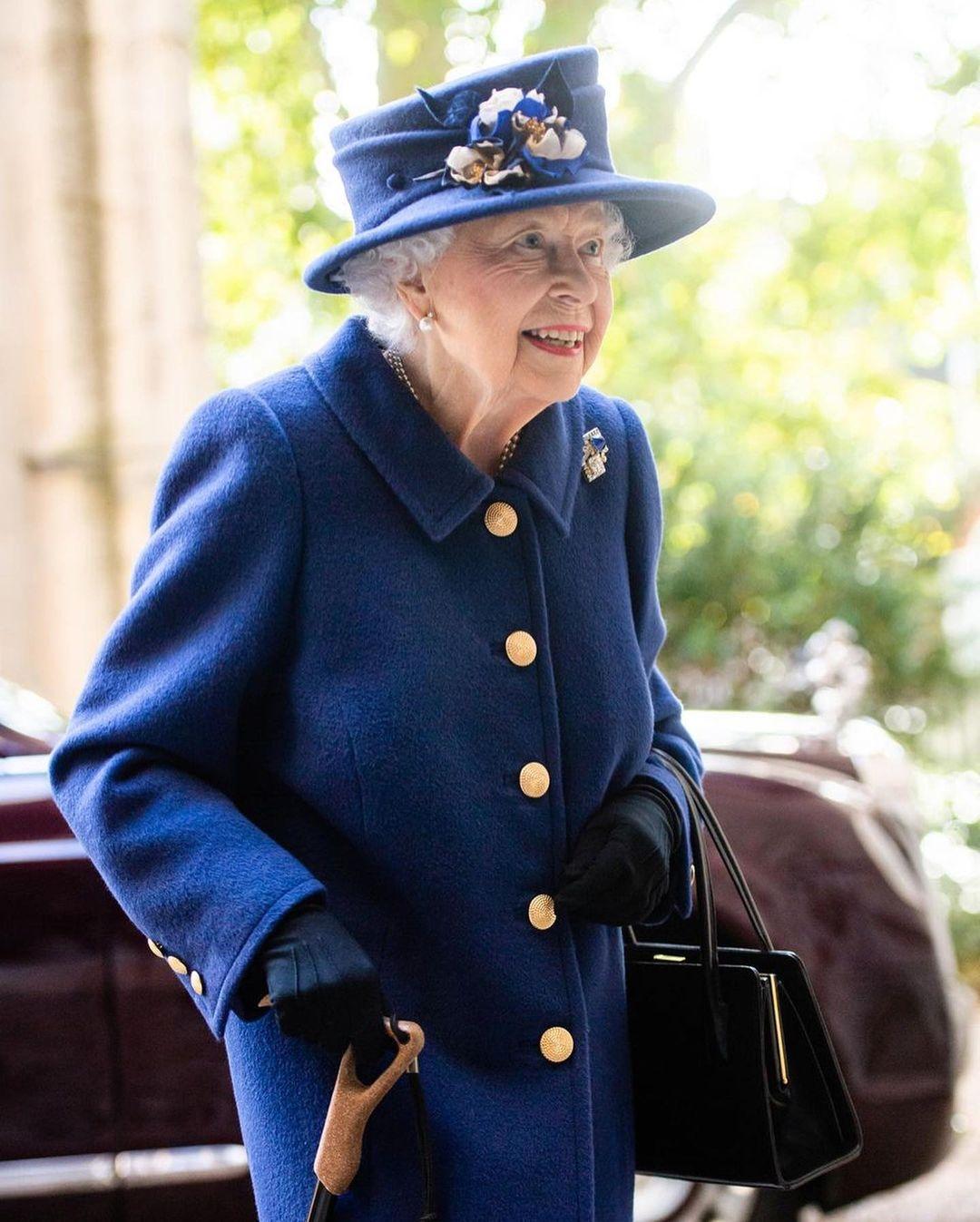 Королева Елизавета впервые появилась на публике с тростью (ФОТО) - фото №3