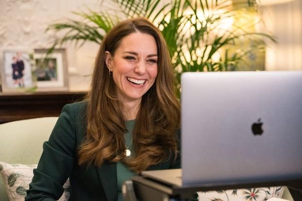 Стильно и демократично: Кейт Миддлтон показала эффектный образ во время новой видеоконференции (ФОТО) - фото №1
