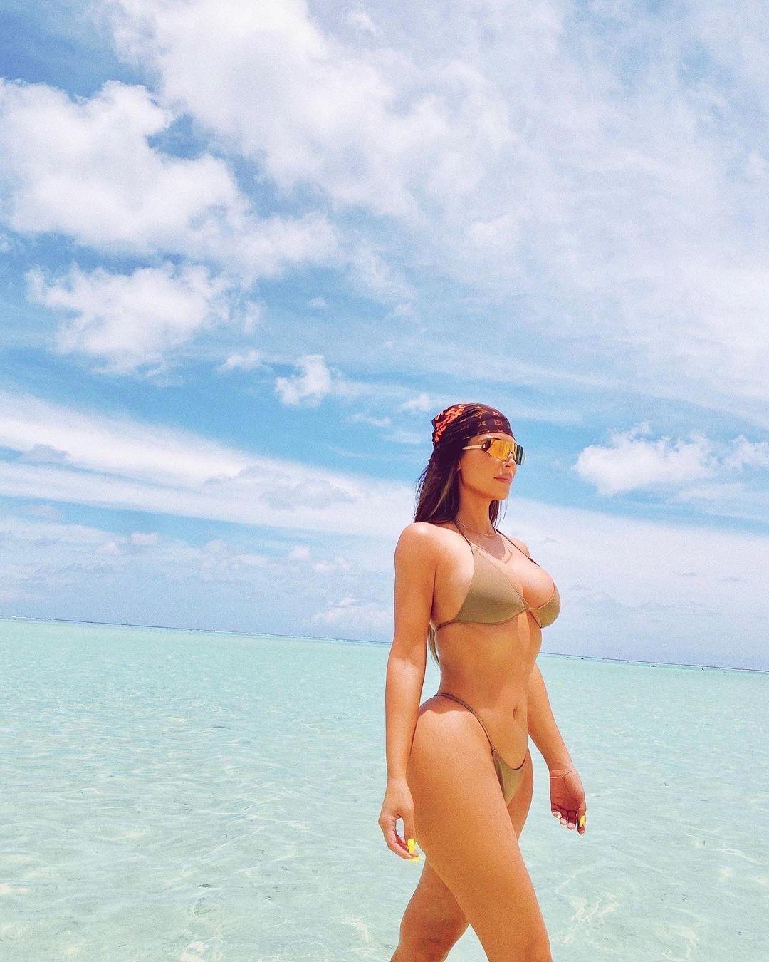 Слишком горячо: Ким Кардашьян показала соблазнительные фото в купальнике - фото №2