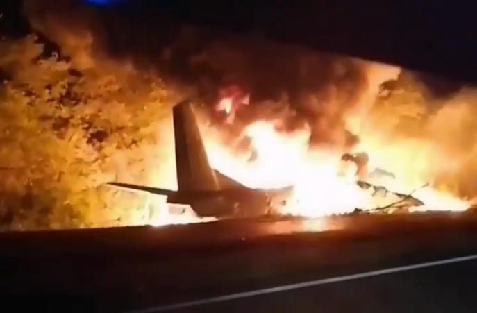 Пожар самолета, который упал в Харьковской области вблизи Чугуева