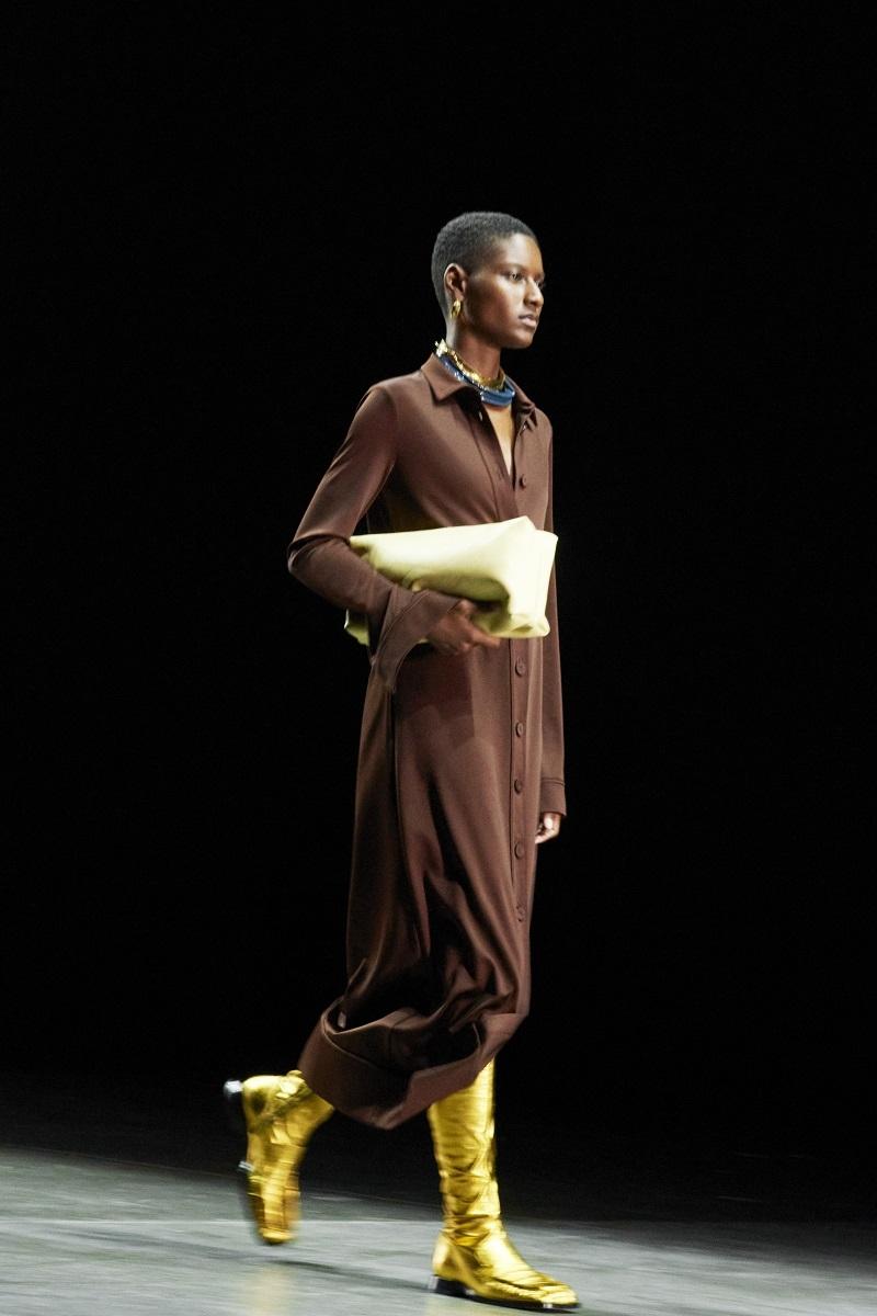 Шелковые платья, золото и много кожи: Jil Sander выпустили новую коллекцию весна-лето 2021 (ФОТО) - фото №1