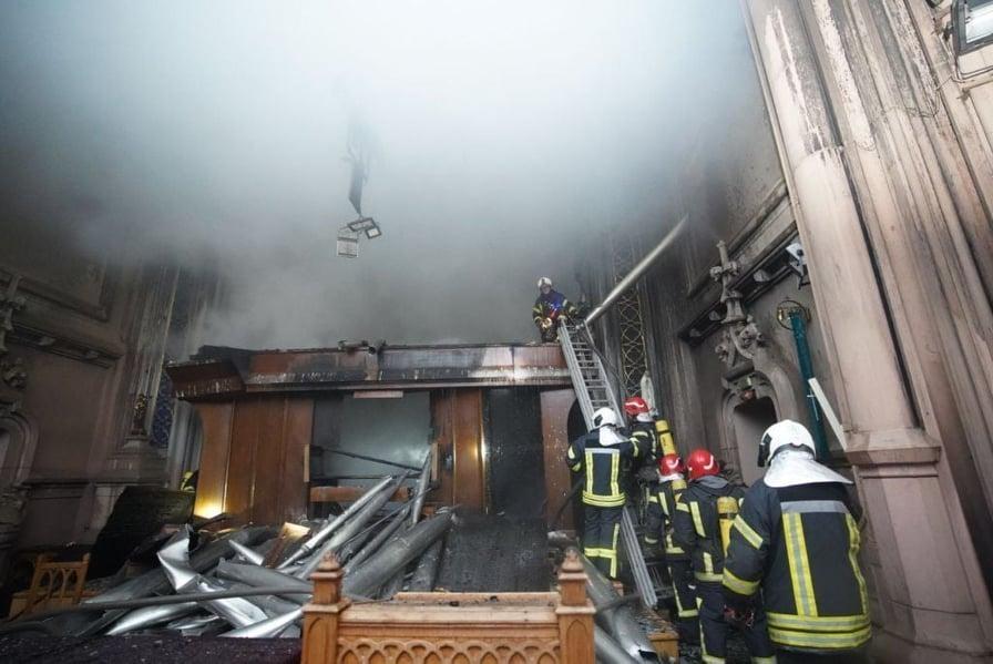 В Киеве горел Костел Святого Николая: подробности - фото №3