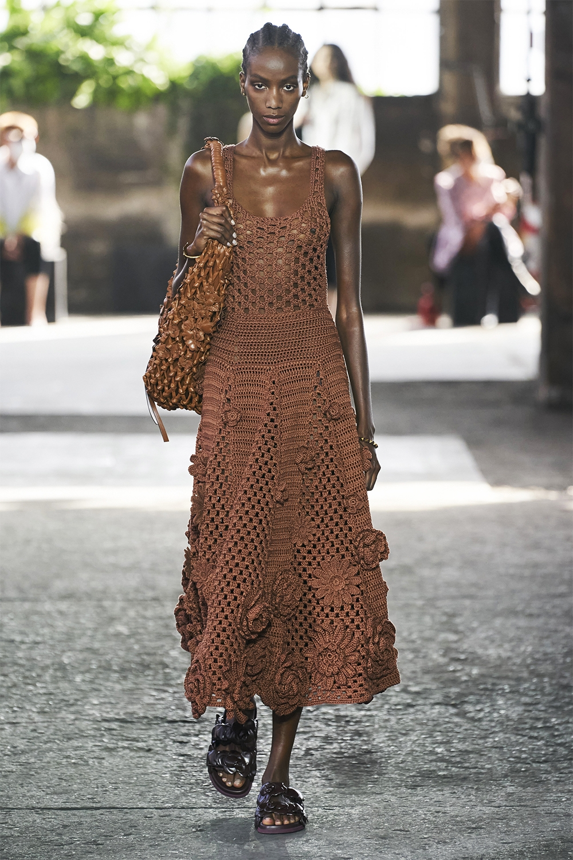 Неделя моды в Милане: Valentino представил коллекцию, вдохновленную цветами (ФОТО) - фото №11