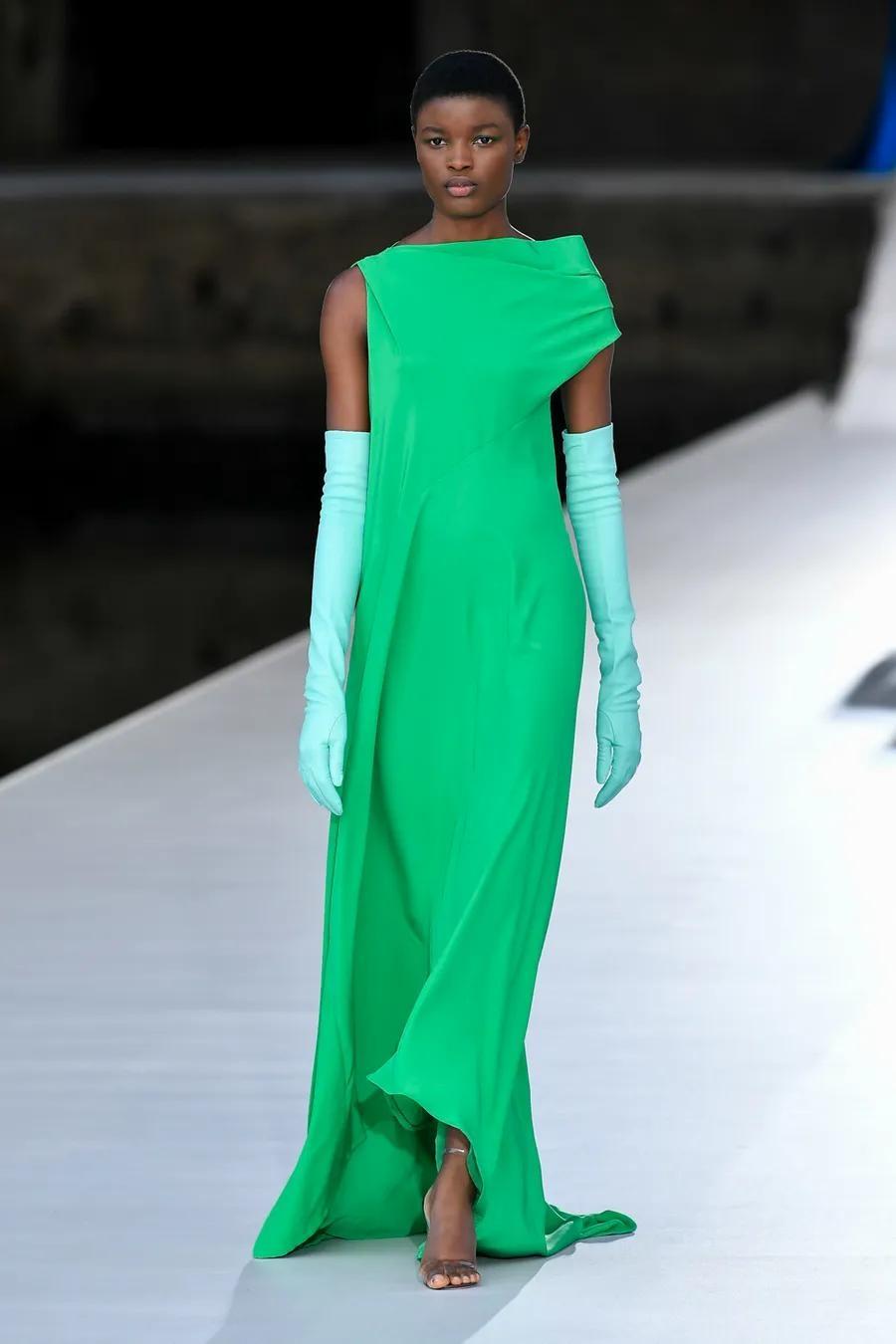 Шляпы с перьями и много цвета в новой коллекции Valentino Haute Couture (ФОТО) - фото №2