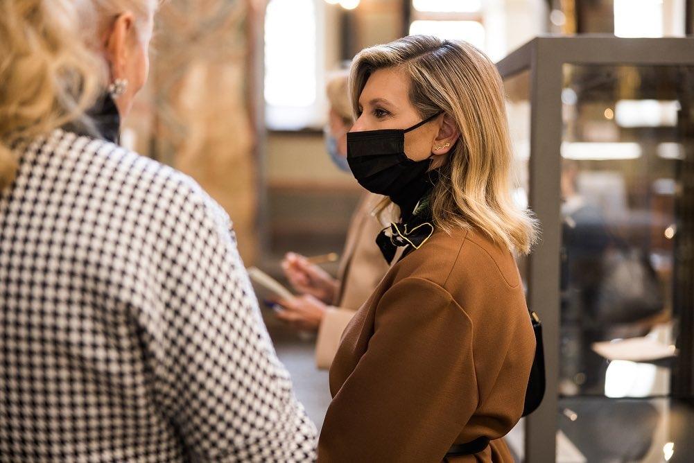 Образ дня: Елена Зеленская вышла в свет в стильном костюме украинского бренда (ФОТО) - фото №3