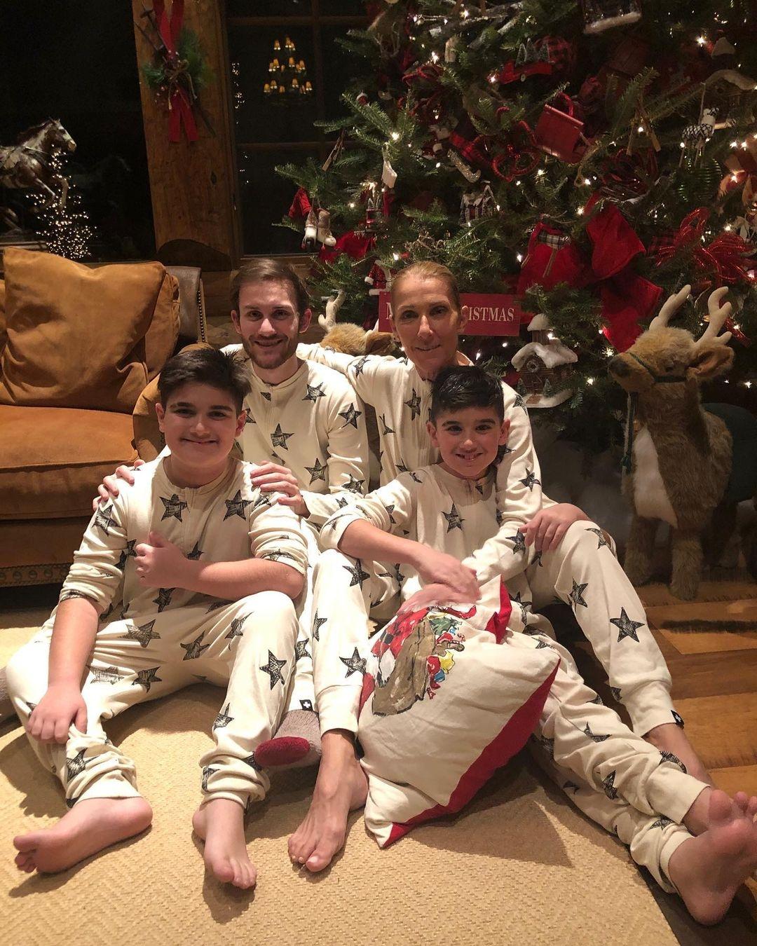 Селин Дион показала редкое фото с тремя подросшими сыновьями и поздравила с рождественскими праздниками (ФОТО) - фото №1