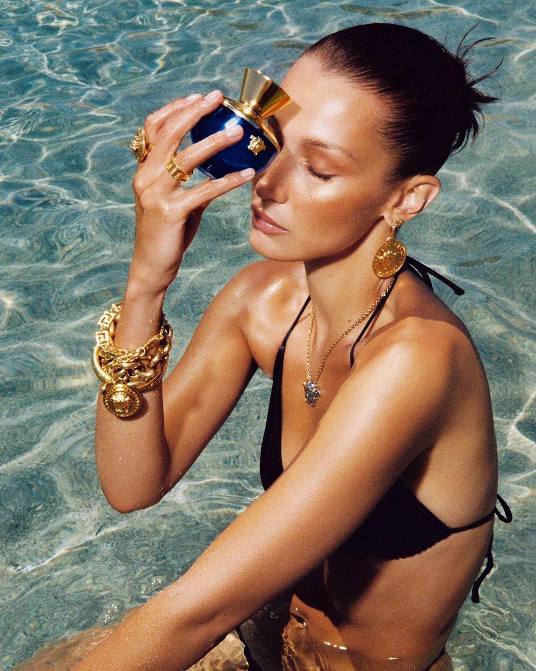 Мечты о лете: Белла Хадид в новой рекламной кампании Versace (ФОТО) - фото №1