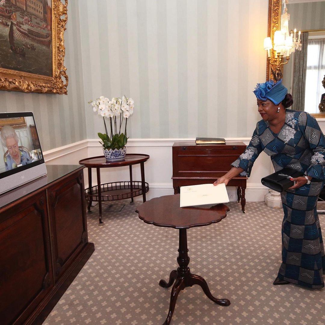 Елизавета II провела первую рабочую встречу после смерти мужа (ФОТО) - фото №3