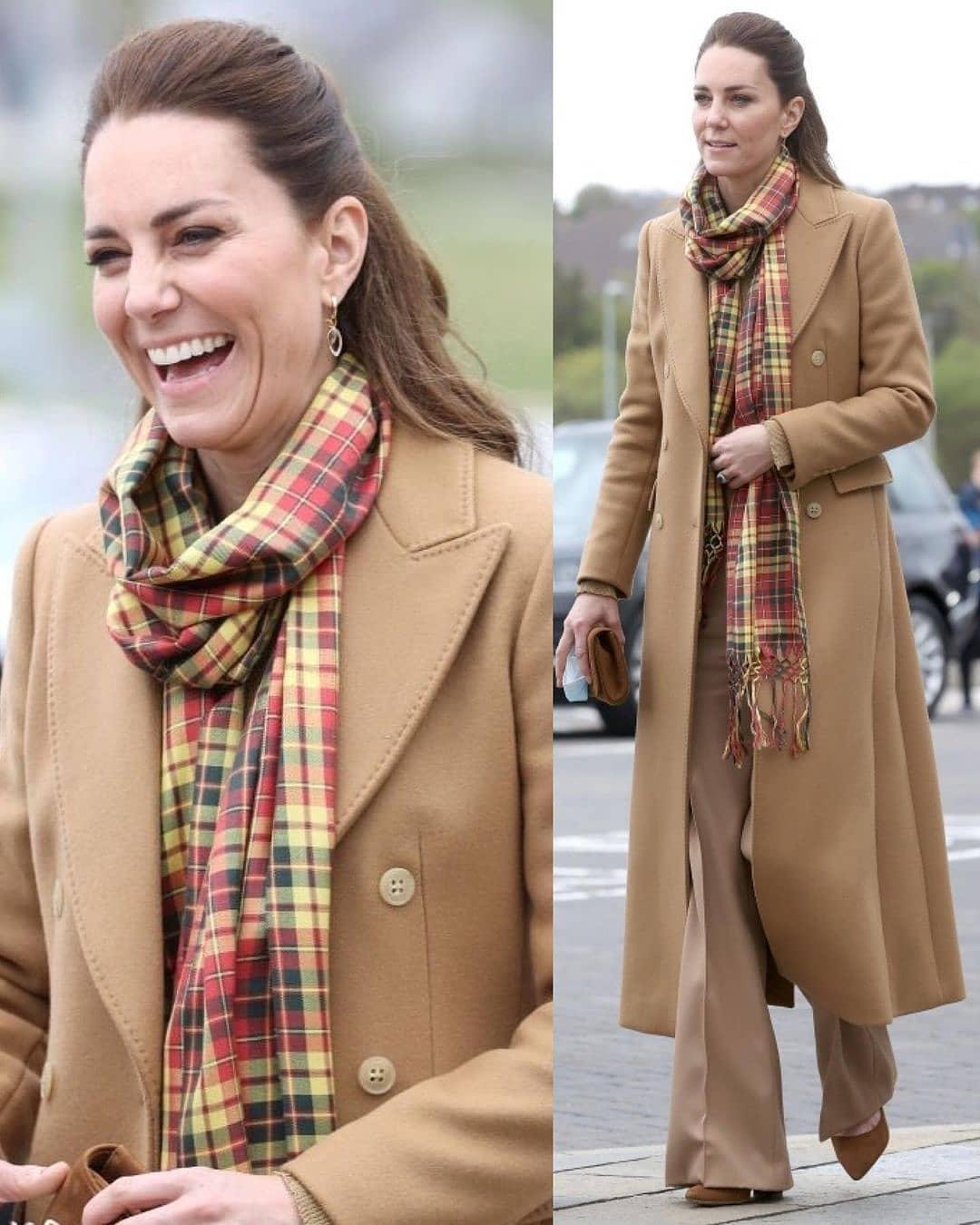 Карамельное пальто и клетчатый шарф: Кейт Миддлтон показала стильный наряд во время рабочей поездки (ФОТО) - фото №1
