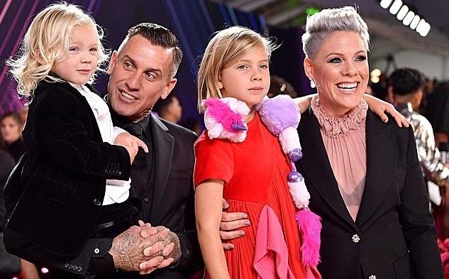 Пинк с сыном. мужем и дочерью
