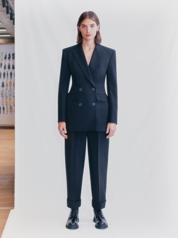 Смотрите fashion-фильм Alexander McQueen, снятый по мотивам новой коллекции весна-лето 2021 (ВИДЕО) - фото №1