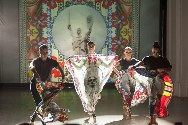 Художниця ZINAIDA на UFW NoSS 2021 презентувала колекцію хустин, орнаментовану принтами Батьківщини-матері (ФОТО) - фото №4