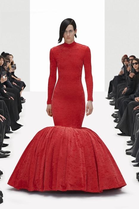 Цветочные платья, траурные костюмы и эстетика 90-х: Balenciaga выпустили новую коллекцию (ФОТО) - фото №7