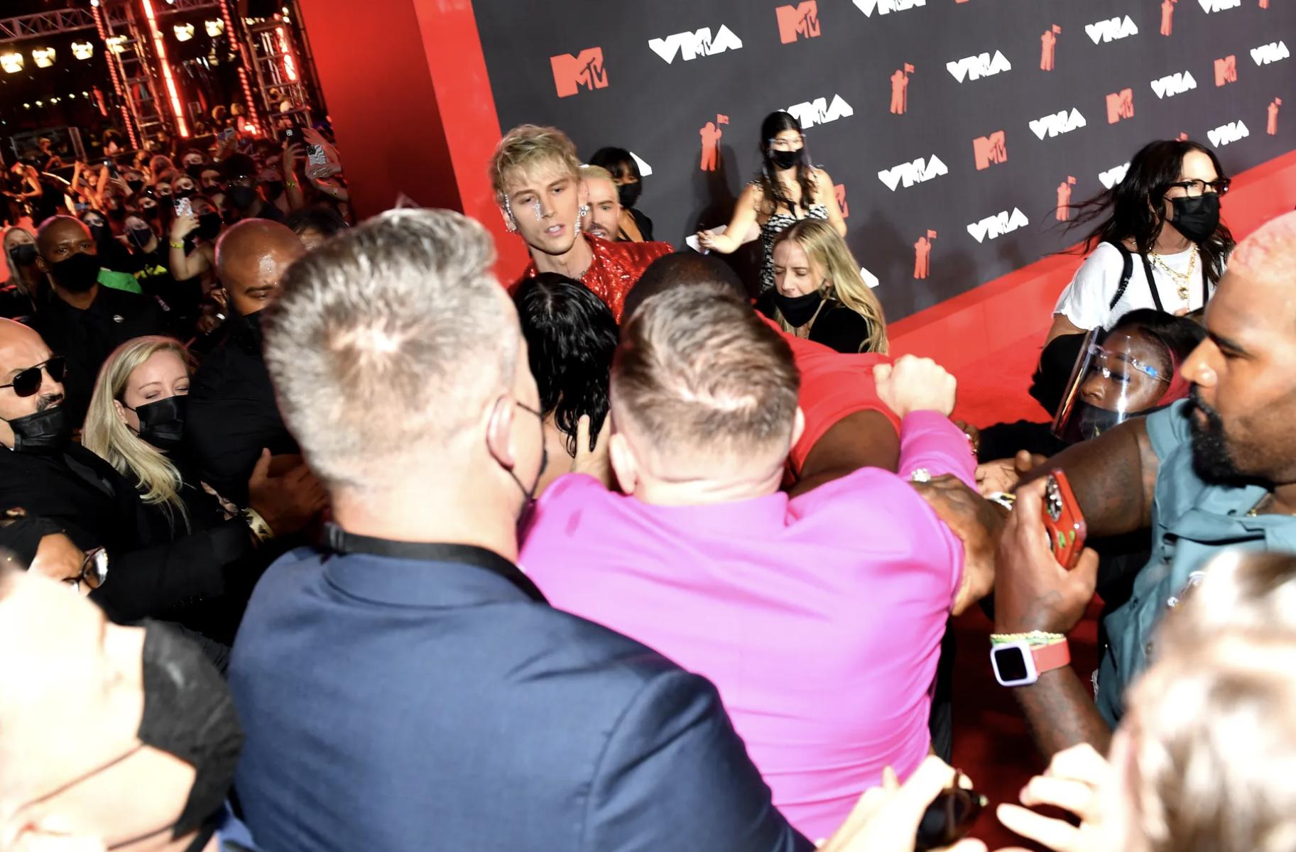 Облил напитком и пытался ударить: Конор Макгрегор напал на парня Меган Фокс во время премии MTV VMA 2021 (ВИДЕО) - фото №1