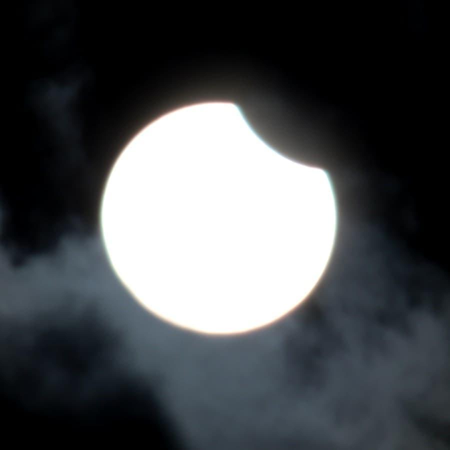 Солнечное затмение 10 июня: весь мир делится эффектными снимками астрономического явления (ФОТО) - фото №6