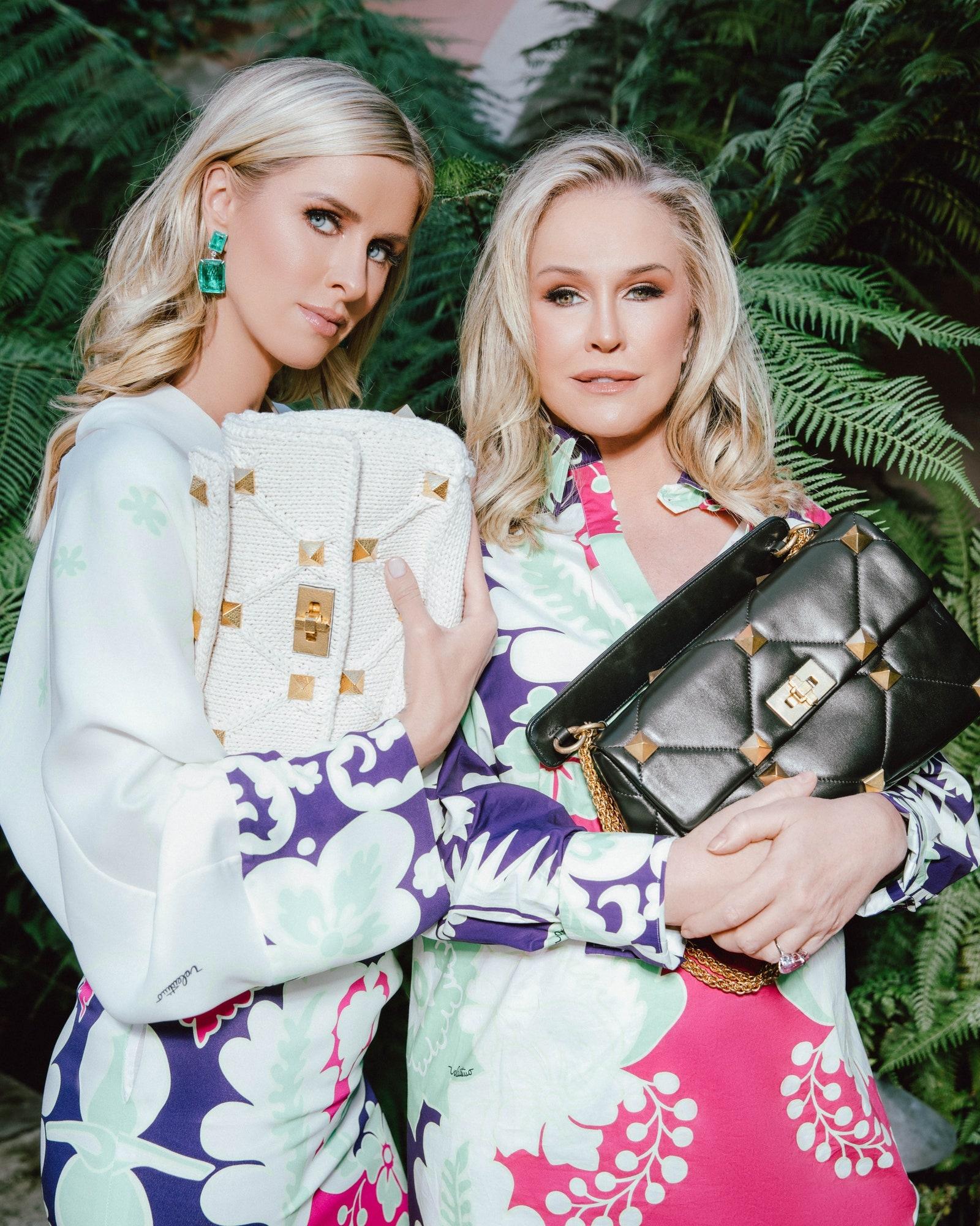 Семейная фотосессия: Пэрис Хилтон вместе с мамой и сестрой снялась в рекламной кампании Valentino (ФОТО) - фото №1