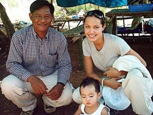 Мэддокс не был сиротой? Старый друг Анджелины Джоли обнародовал новые детали скандального усыновления - фото №2