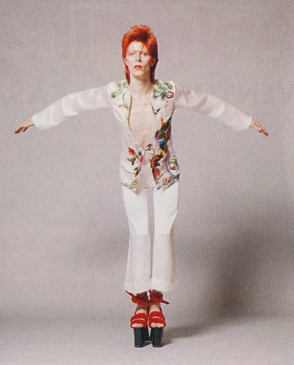 Умер японский дизайнер Кансай Ямамото, который создавал легендарные костюмы Дэвида Боуи - фото №3