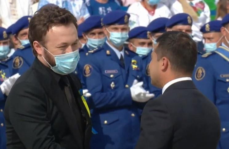 Владимир Зеленский вручает награду DZIDZIO