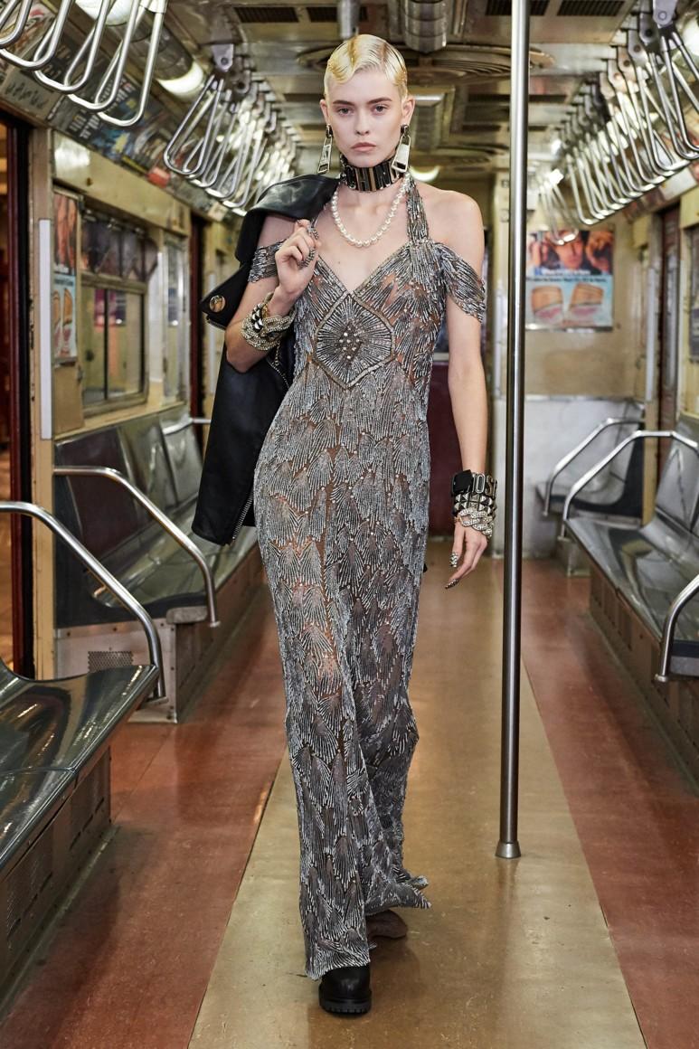 Роскошь и приземленность: шоу Moschino Pre-Fall 2020 прошло в нью-йоркском метро (ФОТО) - фото №3