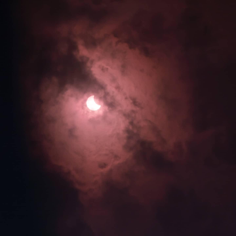 Солнечное затмение 10 июня: весь мир делится эффектными снимками астрономического явления (ФОТО) - фото №8
