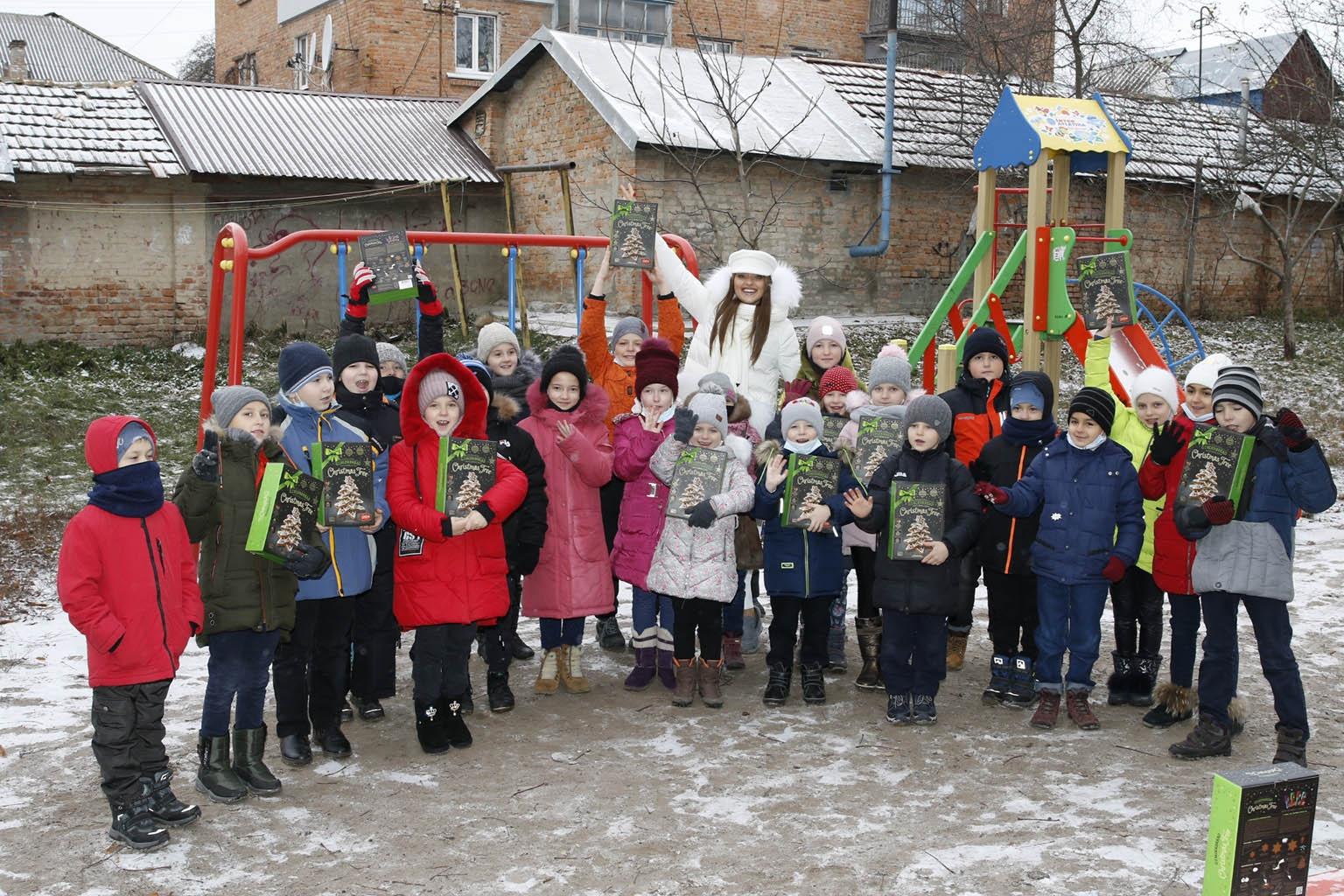 Счастливые улыбки и вдохновленные дети: как прошла встреча Вероники Дидусенко с детьми из неполных и многодетных семей (ФОТО) - фото №1