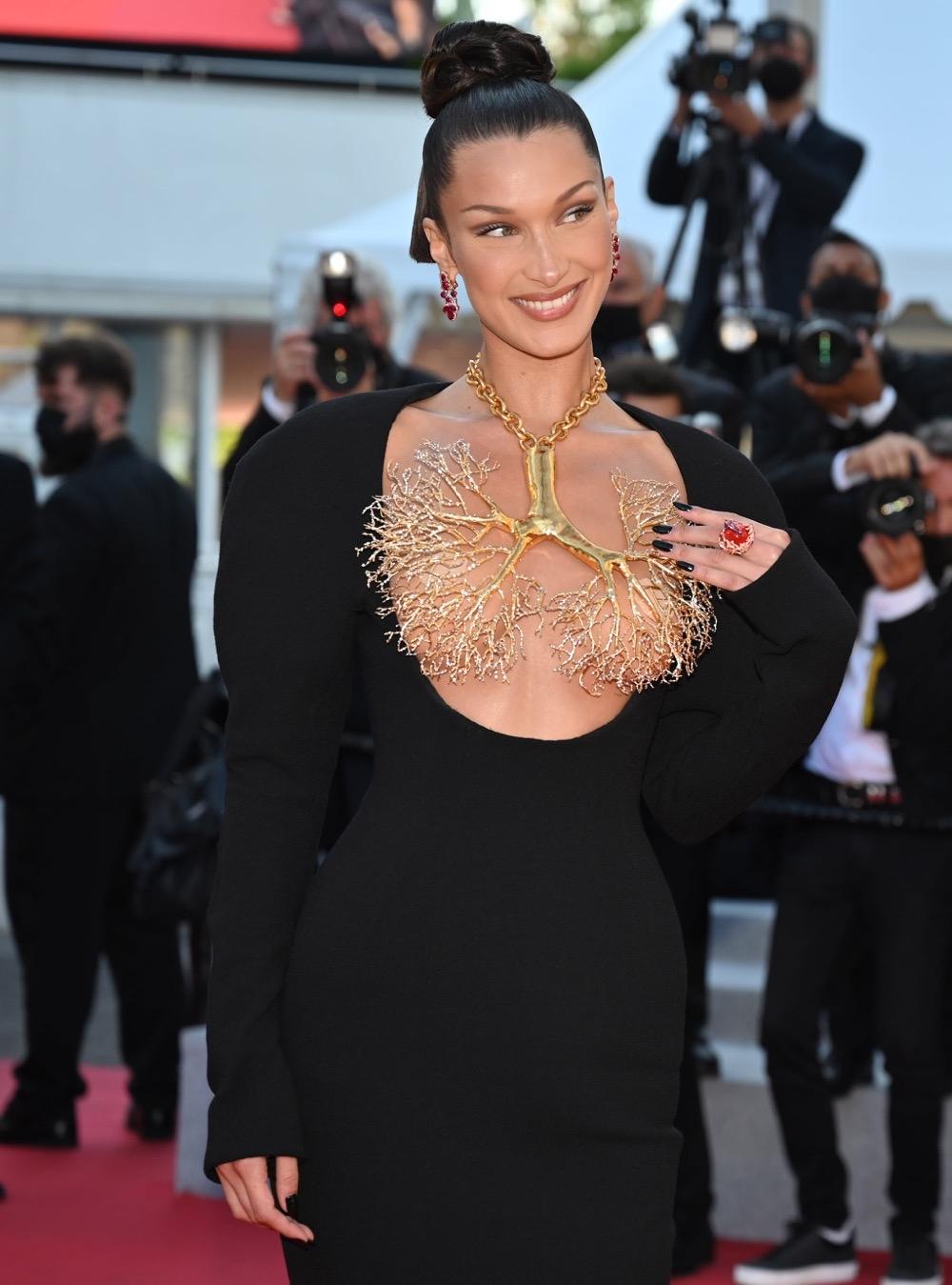 Золотые бронхи и обнаженная грудь: Белла Хадид показала самое эффектное платье на Каннском кинофестивале (ФОТО) - фото №4