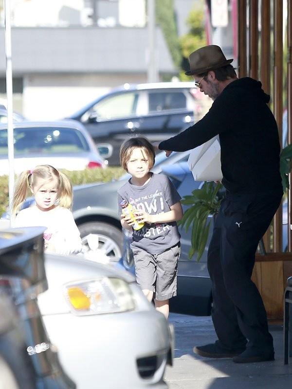 """""""У них есть некоторые традиции"""": Брэд Питт встретил 56-й день рождения с детьми - фото №1"""