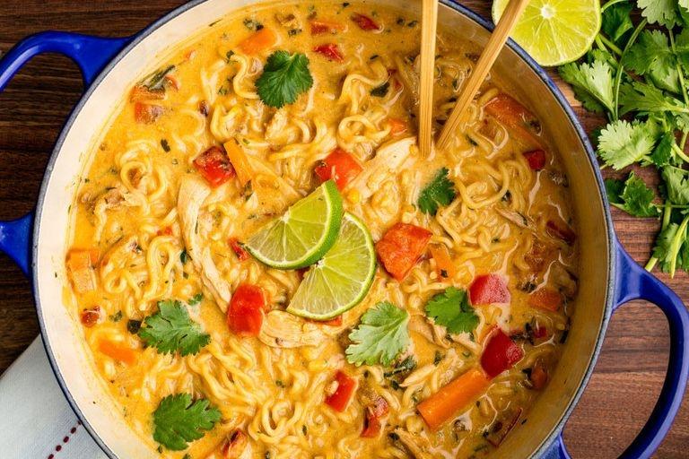 Азиатский суп с лапшой и курицей