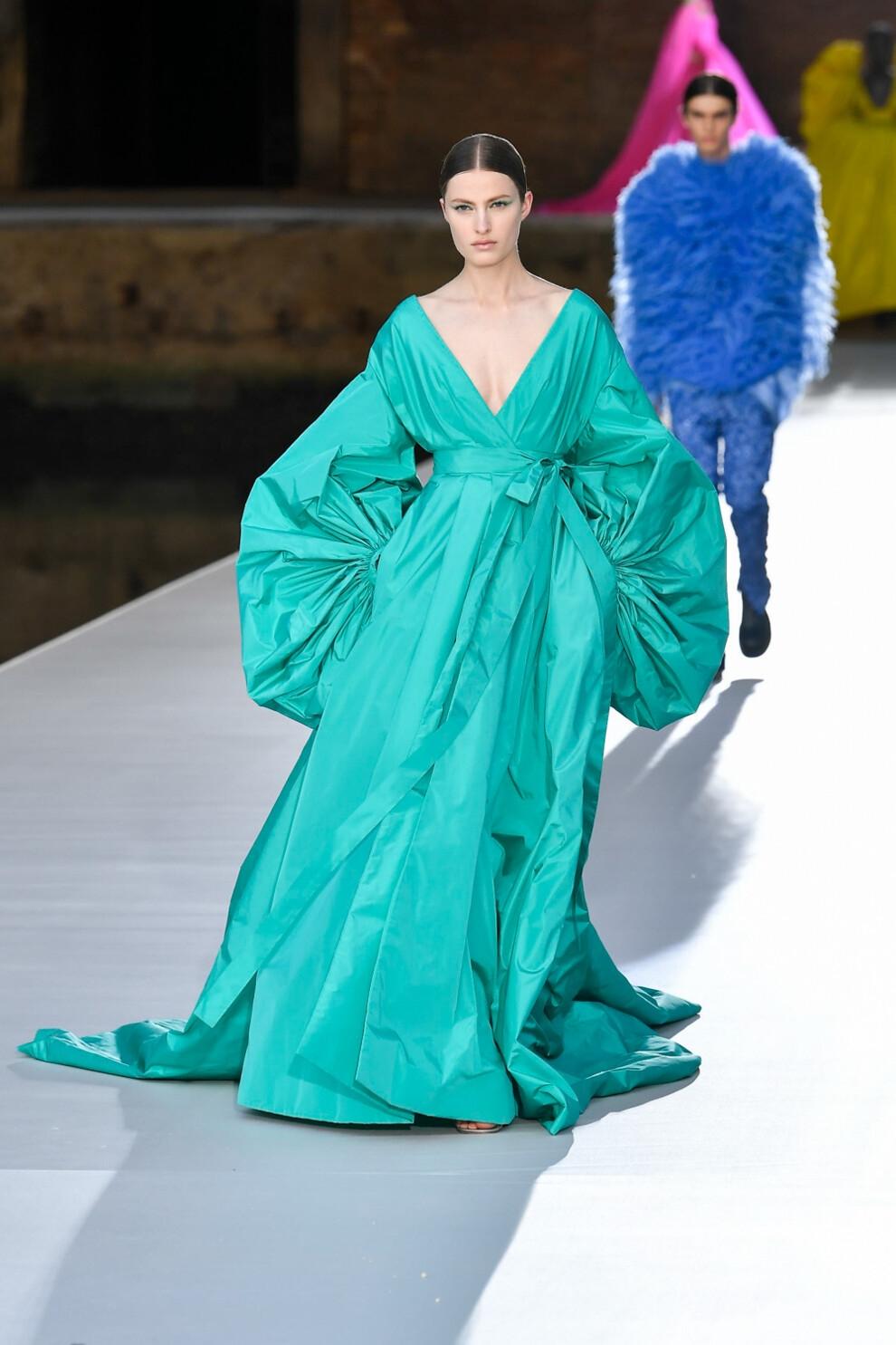 Шляпы с перьями и много цвета в новой коллекции Valentino Haute Couture (ФОТО) - фото №6