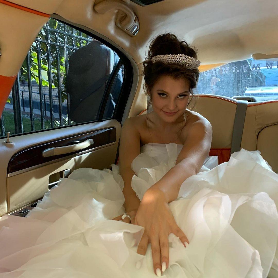 Торжество в стиле 2000-х? Появились первые фото со свадьбы Моргенштерна и Дилары - фото №3