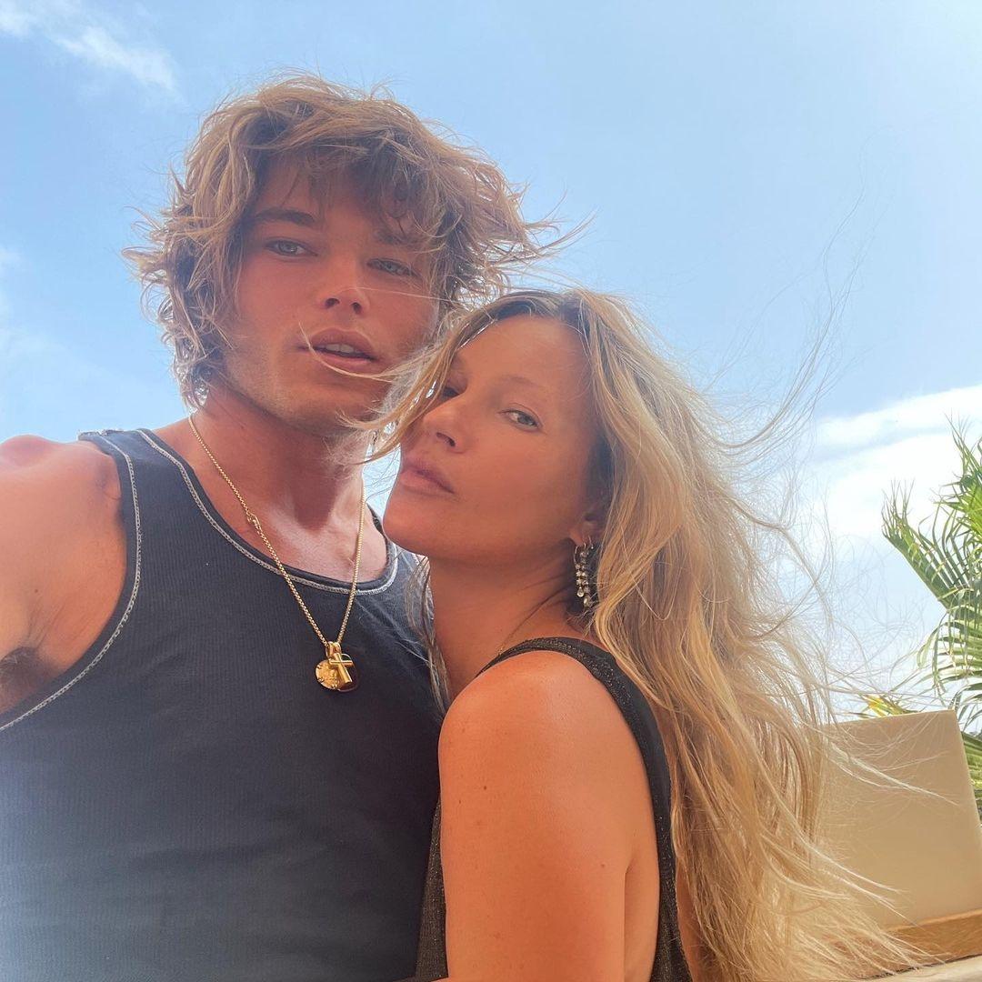 Новый роман? Кейт Мосс отдыхает на Ибице вместе с 24-летним манекенщиком (ФОТО) - фото №2