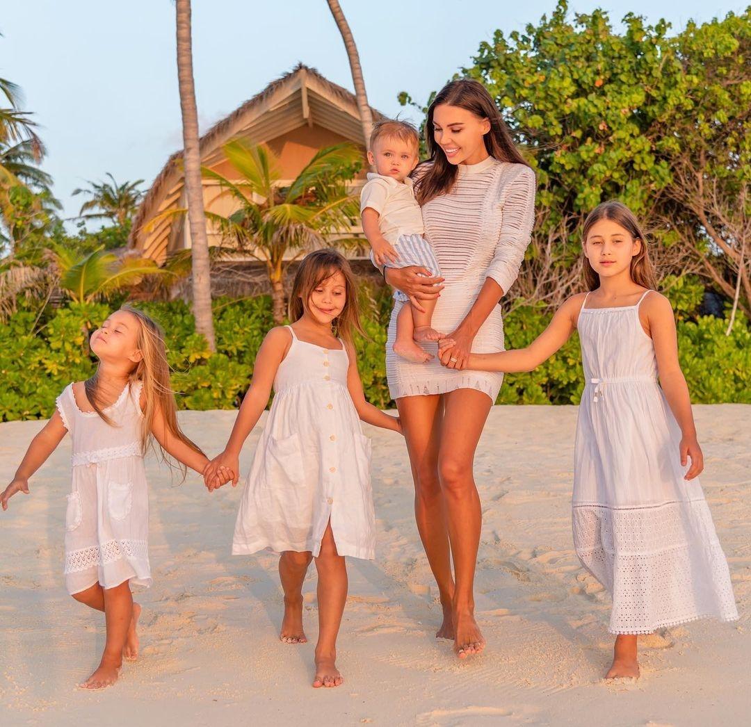 Дочки-матери: подборка звездных мам с детьми - фото №1