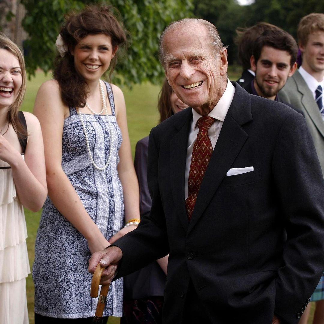 Герцоги Кембриджские показали новые семейные фото с принцем Филиппом - фото №3