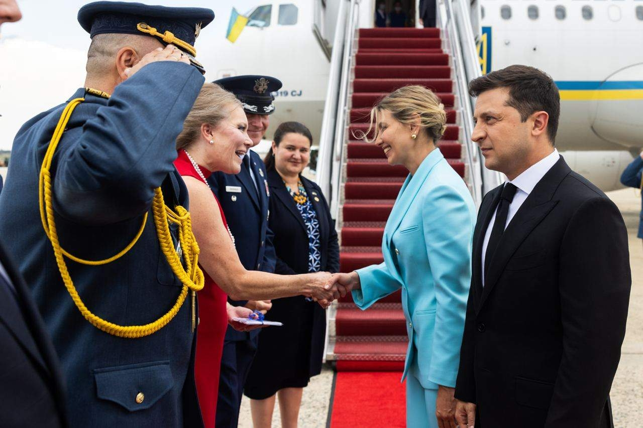 Образ дня: Елена Зеленская прилетела в США в стильном голубом костюме (ФОТО) - фото №2