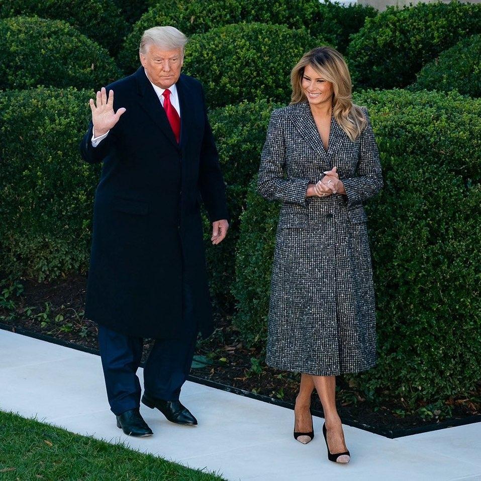 Радостная Мелания Трамп показала стильный образ и новый оттенок волос на церемонии помилования индейки (ФОТО) - фото №3